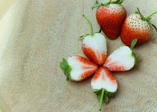 Jordgubbe skivad garnering av en blomma Arkivfoton