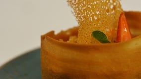 Jordgubbe som är syrlig med ny kräm i smördeg Kaka av smördeg med jordgubben Efterrätt vid jordgubben och kiwin Arkivbilder