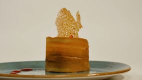 Jordgubbe som är syrlig med ny kräm i smördeg Kaka av smördeg med jordgubben Efterrätt vid jordgubben och kiwin Arkivfoton