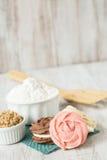 Jordgubbechoklad- och vaniljkakor med mjöl och brunt Su Arkivbilder