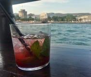 Jordgubbecoctail på i en fartygstång, Thessaloniki Royaltyfria Foton