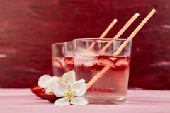 Jordgubbedetoxvatten med jasminblomman Drink eller te för sommar med is arkivbild