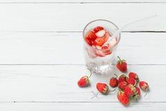 Jordgubbedetoxvatten, skivafrukt, exponeringsglas Kopiera utrymme f?r text royaltyfri fotografi
