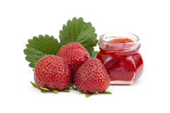 Jordgubbedriftstopp med nya jordgubbar Arkivfoto