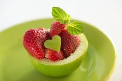 Jordgubbeefterrätt med äpplet Royaltyfri Foto