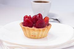 Jordgubbeefterrätt med koppen av svart kaffe Royaltyfri Fotografi