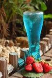 Fruktjordgubbebär på blått bevattnar Royaltyfria Bilder