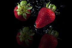 Jordgubbefruktfärgstänk arkivbilder