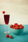 Jordgubbefruktsaft med jordgubben på wood bakgrund Royaltyfri Foto