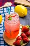 Jordgubbefruktsaft och citronsodavattenfruktsaft som är blandad med sodavatten Tillfoga flavo arkivfoton