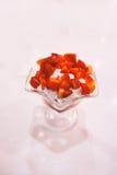 Jordgubbeglassglasscoupe med garnering Royaltyfria Foton