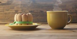 Jordgubbekaka med kaffekoppen Arkivbilder