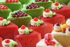 Jordgubbekaka och grön kaka Royaltyfri Foto