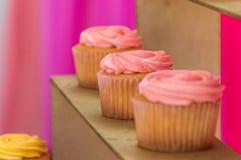 Jordgubbemuffin på födelsedagtabellen arkivfoto