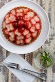 Jordgubben bär frukt den syrliga kakan Fotografering för Bildbyråer