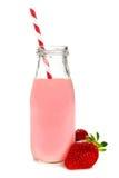 Jordgubben mjölkar i den isolerade flaskan Arkivbilder
