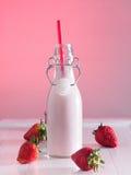 Jordgubben mjölkar i en flaska Arkivbilder