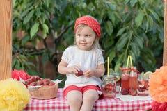Jordgubben och mintkaramellen ingav detoxvatten jordgubbelemonad med is och mintkaramellen som den förnyande drinken för sommar i arkivfoton