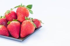 Jordgubben på den vita healthful fruktjuicen för bakgrundsfrukt` som s är användbar royaltyfri bild