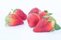 Jordgubben på vit bakgrundsfruit& x27; healthful fruktjuice för s som är användbar arkivfoto