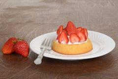 Jordgubbeshortcake med en gaffel Arkivbild