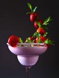 Jordgubbeskaka med pepparmint Arkivbild