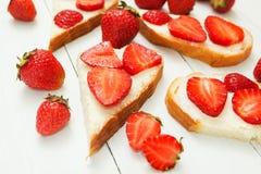 Jordgubbesmörgåsar för frukost bantar och en sund livsstil vegetarian arkivbild
