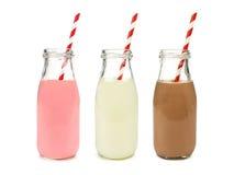 Jordgubbestamgästen och choklad mjölkar i isolerade flaskor Arkivbild