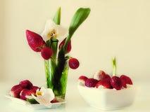 Jordgubbestilleben på på den vita plattan, med sund mat för orkidéblomma, sommar Berry Gardening royaltyfria bilder
