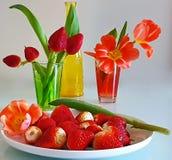 Jordgubbestilleben på på den vita plattan, med sund mat för tulpan, sommar Berry Gardening royaltyfri bild