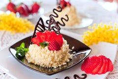 Jordgubbetårta med choklad Arkivbild