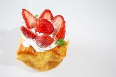 Jordgubbetårta på vitbakgrund Fotografering för Bildbyråer