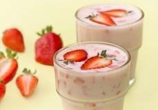 Jordgubbeyoghurt - fruktyoghurt Arkivfoton