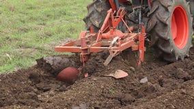 Jordjord och traktor som gödslar fältet Tungt jordbruks- maskineri arkivfilmer