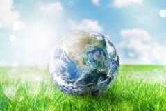 Jordjordklot i ett grönt ursprungligt fält värld förutsatt att av nasa fotografering för bildbyråer