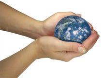 jordjordklotet hands holdingen den mänskliga isolerade ladyen Royaltyfri Fotografi