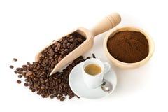 Jordkaffe, kaffebönor och kopp av espresso Royaltyfri Fotografi
