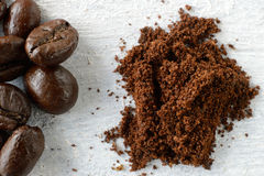 Jordkaffe och kaffebönor på en träbakgrund Royaltyfria Foton