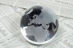 Jordklot av exponeringsglas på affärsstatistik arkivbild