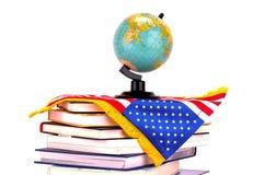 Jordklot, böcker och amerikanska flaggan Royaltyfri Fotografi