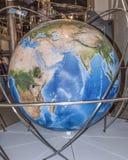 Jordklot - en tredimensionell modell av jorden royaltyfria foton