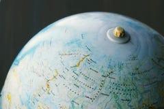 Jordklot för gammal skola på ryskt språk med Eurasia, Moskva, tillbaka till skolan, geografibakgrund Arkivbild
