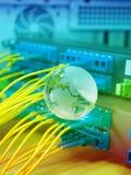 Jordklot med nätverkskablar och serveror Fotografering för Bildbyråer