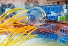 Jordklot med nätverkskablar och serveror Arkivbild