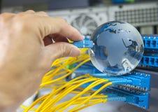 Jordklot med nätverkskablar och serveror Arkivfoton