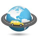Jordklot med vägen runt om världen och bilen på vit Arkivfoto