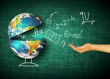 Jordklot och symboler av skolan bilda begrepp Illustration 3d av det bildande begreppet Formler teckningar och Royaltyfri Bild