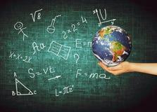 Jordklot och symboler av skolan bilda begrepp Illustration 3d av det bildande begreppet Formler teckningar och Royaltyfri Fotografi