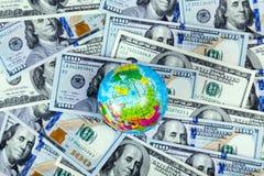 Jordklot på bakgrund för US dollarräkning Royaltyfri Bild