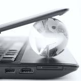 Jordklot på ett bärbar datortangentbord arkivfoton